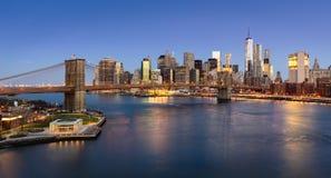 Lever de soleil du pont de Brooklyn et du côté est inférieur de Manhattan Photographie stock libre de droits