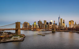 Lever de soleil du pont de Brooklyn et du côté est inférieur de Manhattan Photo libre de droits