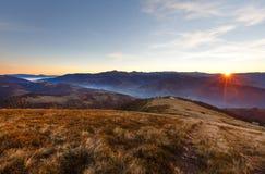 Lever de soleil en automne carpathien images libres de droits