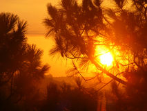 Lever de soleil en dehors de mon hublot de chambre d'hôtel image libre de droits