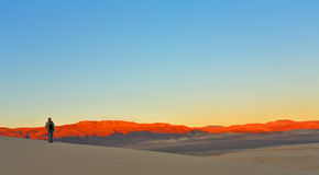 Lever de soleil en dunes arénacées de Death Valley aux Etats-Unis. image stock