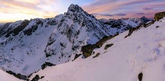 Lever de soleil en hiver dans les montagnes Photographie stock
