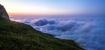 Lever de soleil en montagne Nuages épais au pied de mountai de rimea de ¡ de Ð Images libres de droits