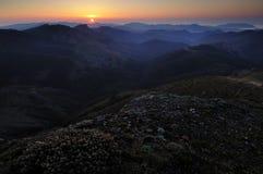 Lever de soleil en montagnes Photo stock
