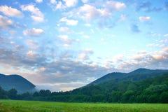 Lever de soleil en montagnes Image stock