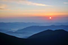 Lever de soleil en montagnes carpathiennes vertes photos stock