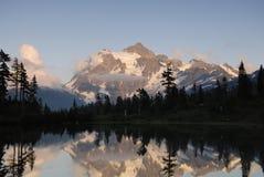 Lever de soleil en montagnes de cascade Photographie stock libre de droits