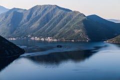 Lever de soleil en montagnes de mer Images libres de droits