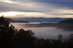 Lever de soleil en montagnes fumeuses grandes Photographie stock libre de droits