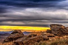 Lever de soleil encadré par les roches texturisées Photo libre de droits