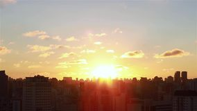 Lever de soleil entre les bâtiments Vue aérienne cinématographique des gratte-ciel et des brights de soleil de lever de soleil de clips vidéos