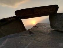 Lever de soleil entre les pierres Photographie stock