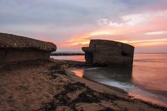 Lever de soleil entre les roches Photos stock