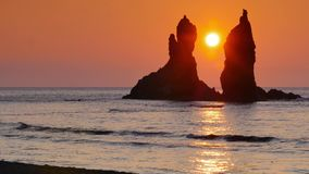 Lever de soleil entre les roches en mer clips vidéos