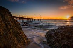 Lever de soleil entre les roches sur la baie Photos libres de droits