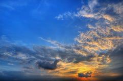 Lever de soleil et cieux bleus Images libres de droits