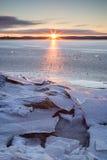 Lever de soleil et glace criquée à un lac congelé Photographie stock libre de droits