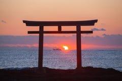 Lever de soleil et mer à la porte japonaise de shinto photo stock
