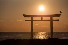 Lever de soleil et mer à la porte japonaise de shinto Photos stock