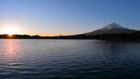 Lever de soleil et mont Fuji de lac Kawaguchi Japon banque de vidéos
