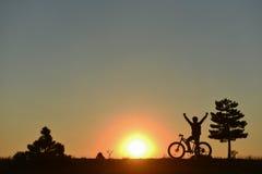 Lever de soleil et nouvelle excitation pour le cycliste image stock