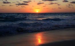 Lever de soleil et ondes de Cancun Images libres de droits