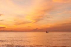 Lever de soleil et pêcheur. Photo libre de droits