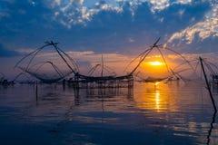 Lever de soleil et pêcheur Photo stock