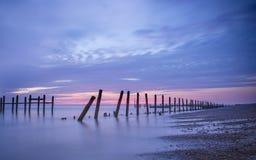 Lever de soleil et protections côtières, Norfolk R-U Photographie stock libre de droits