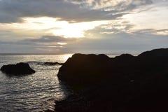 Lever de soleil et roches de plage image libre de droits