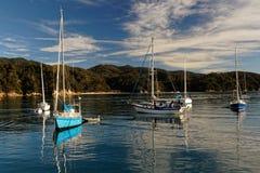 Lever de soleil et yachts, baie d'Anchorage, Abel Tasman National Park, Nouvelle-Zélande photographie stock libre de droits