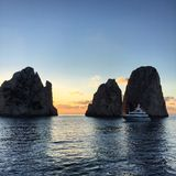 Lever de soleil et yachts dans Capri Photos stock