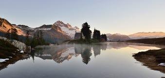 Lever de soleil féerique de lac images libres de droits