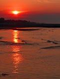 Lever de soleil fabuleux sur la mer avec grand Sun rouge photographie stock