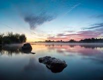 Lever de soleil fabuleux sur la rivière Photo stock