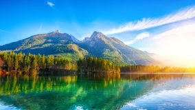 Lever de soleil fantastique d'automne de lac Hintersee images stock