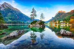 Lever de soleil fantastique d'automne de lac Hintersee La carte postale classique luttent photos stock