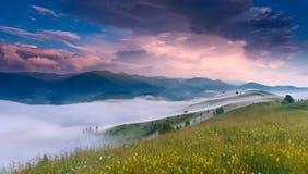 Lever de soleil fantastique en montagnes carpathiennes, Ukraine Photo libre de droits