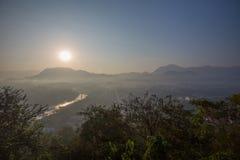 Lever de soleil glaring au-dessus des montagnes de Luang Prabang, rivière Photo stock
