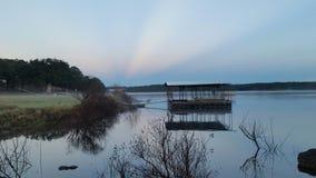 Lever de soleil impressionnant avec le juste de dock au-dessous de lui Photographie stock libre de droits