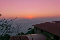 Lever de soleil impressionnant loin de colline Photo libre de droits