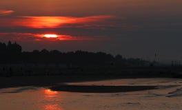 Lever de soleil incroyable avec le soleil rouge et la réflexion sur l'eau image stock