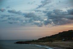 Lever de soleil incroyable sur le bord de la mer désolé abandonné Image stock