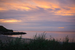 Lever de soleil incroyable sur le bord de la mer désolé abandonné La Mer Noire Image stock