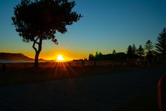 Lever de soleil intense au bâti Maunganui photographie stock