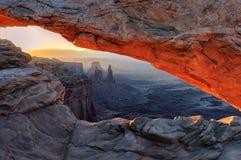 Lever de soleil jaune chez Mesa Arch rouge dans Canyonlands Images stock