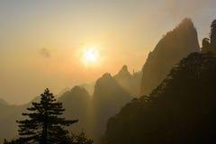 Lever de soleil jaune de montagne images stock