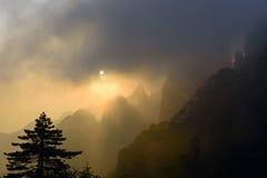 Lever de soleil jaune de montagne photographie stock libre de droits