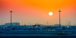 Lever de soleil à l'aéroport de Doha Photographie stock libre de droits