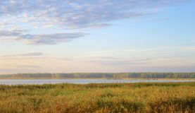 Lever de soleil l'automne tôt de lac Photo stock